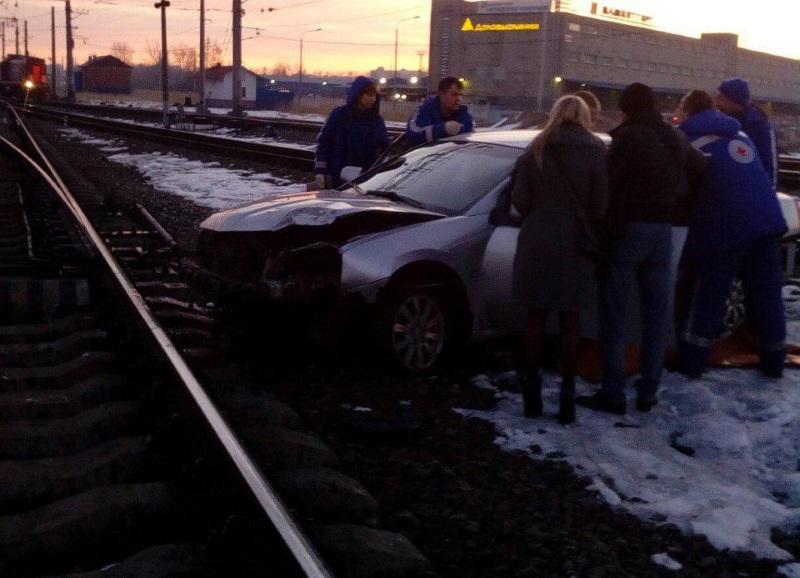 Водитель-лихач вылетел нажелезную дорогу вПетербурге