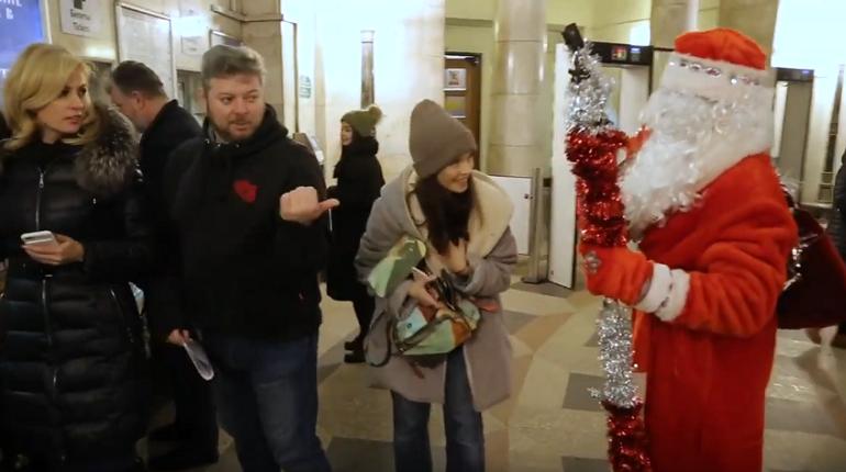 В метро Петербурга спустился Дед Мороз