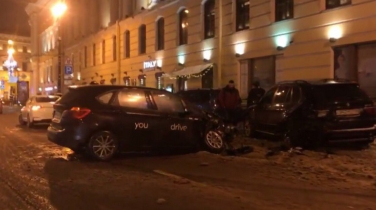 В центре Петербурга легковушка протаранила три авто