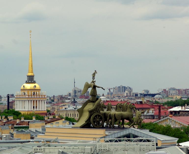 Жители домов с «популярными крышами» Петербурга помогут с адресами для запрета прогулок