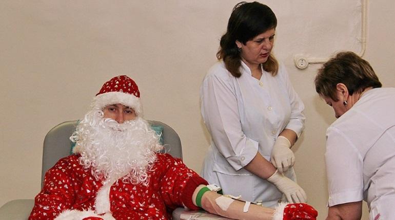 Дедам Морозам в Петербурге предложили стать донорами костного мозга