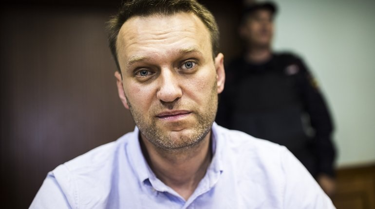 Рейс Навального задержали в Омске до утра