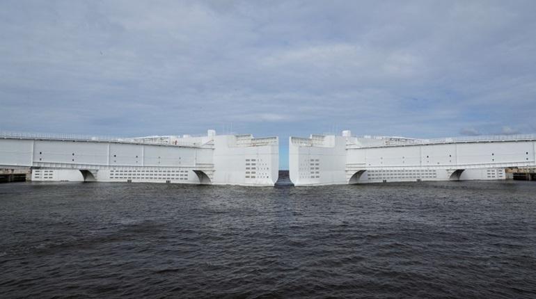 Угроза наводнения: в ожидании шторма в Петербурге перекрыли дамбу