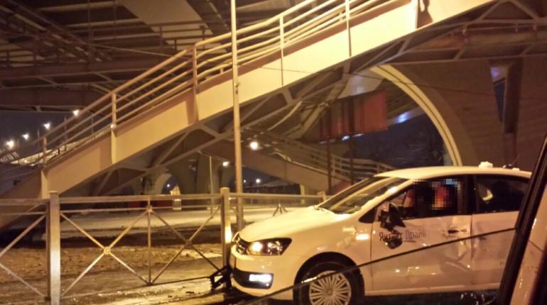 Водитель каршеринга не вошел в поворот под мостом Бетанкура