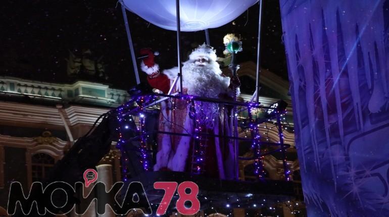 Дед Мороз из Великого Устюга зажег елку на Дворцовой. Фото: Мойка78