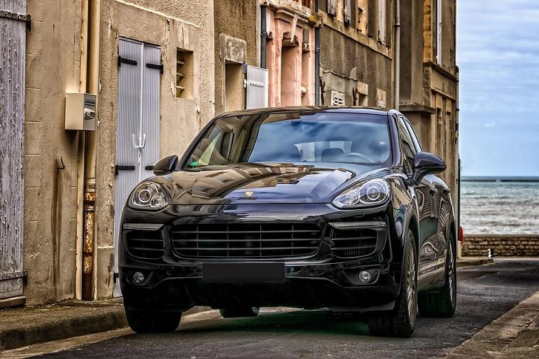 Трое с оружием крались на Porsche Cayenne по Московскому