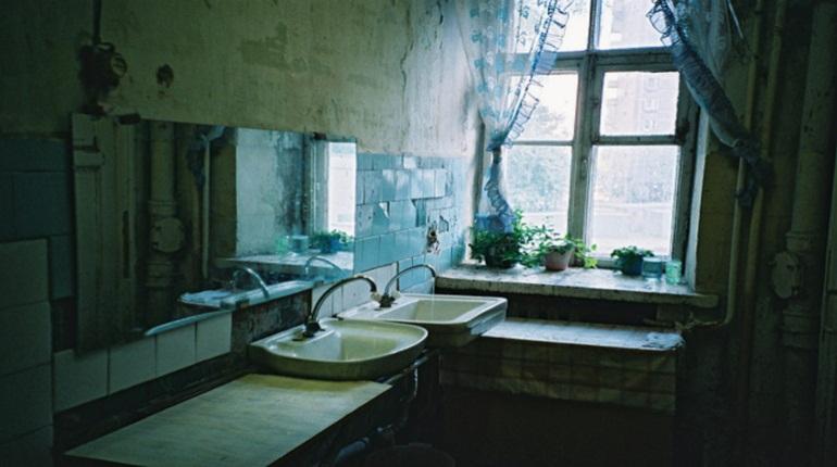 Хозяйку наркопритона в коммуналке в Красном Селе могут лишить родительских прав