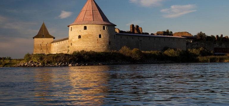 У крепости Орешек перевернулось судно, погиб человек