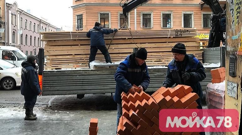 Рабочие в доме на Полтавской. Фото: Мойка78