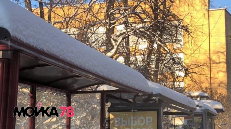 Петербургские остановки начали чистить от снега