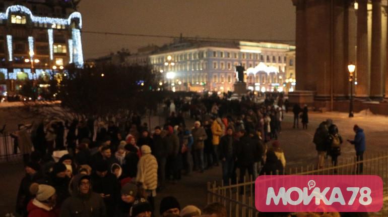 Толпа перед Казанским собором. Фото: