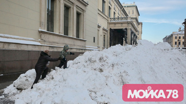 Комитет по благоустройству оставил петербуржцам кучи снега