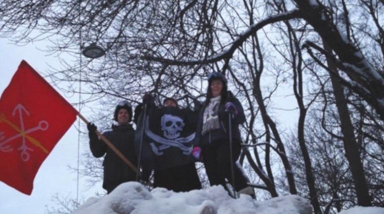 Петербуржцы с флагом покорили самый большой сугроб