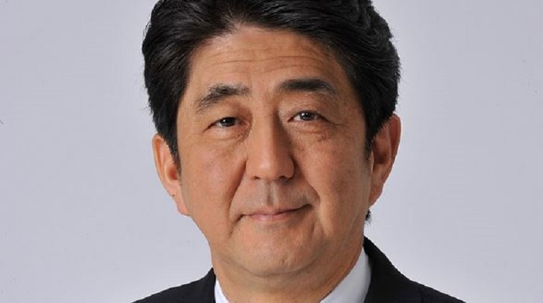 Абэ распустил правительство Японии