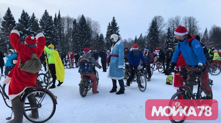 Деды Морозы и Снегурочки на велосипедах прокатились по центру Петербурга