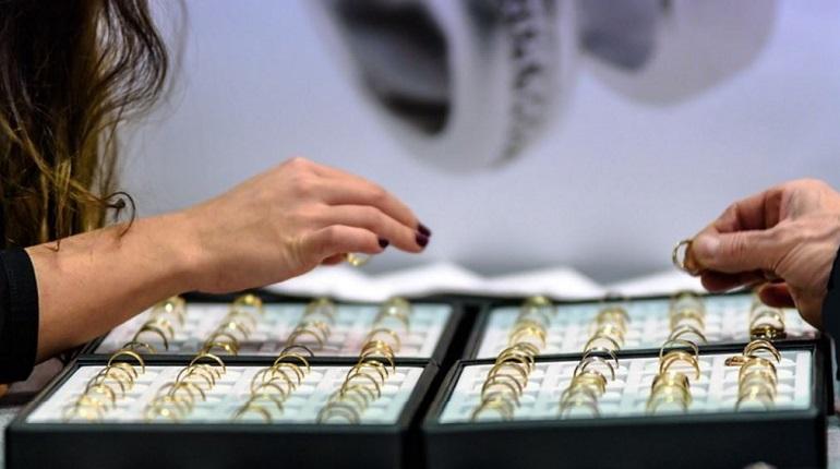 Юная продавщица наворовала из ювелирного украшений на 2 млн