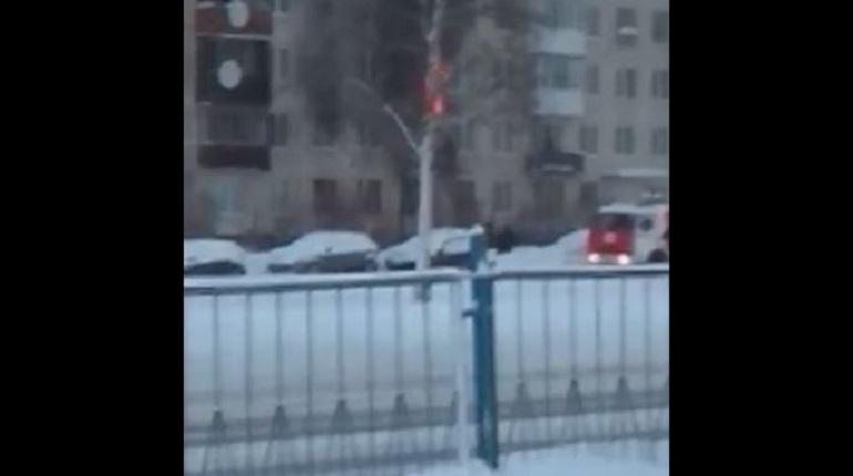 Пожарные потушили полыхающую квартиру на Народного Ополчения