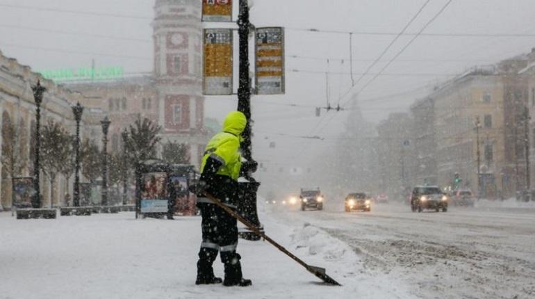 Зимой Петербург будут убирать более 6 тысяч дворников