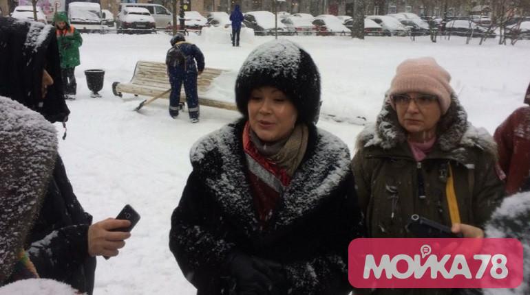 Журналистам в сугробе рассказывают об уборке снега