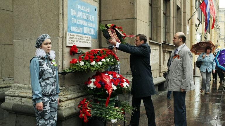 В Петербурге началось возложение цветов к памятной табличке на Невском