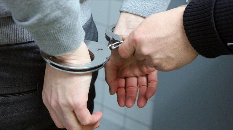 Пырнувшего обидчика ножом в кафе дебошира задержали на Стачек