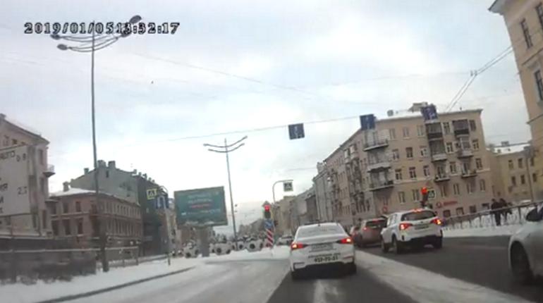 Очевидцы: коммунальщики забросали снегом машину в центре Петербурга