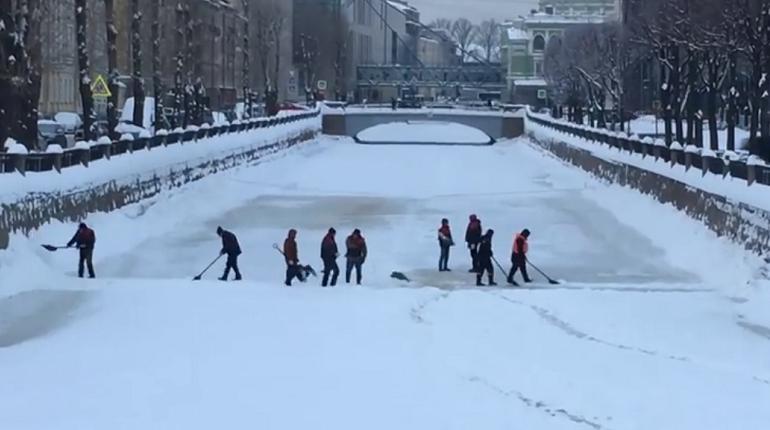 Заледеневший Крюков канал расчистили от снега. А что тротуары?