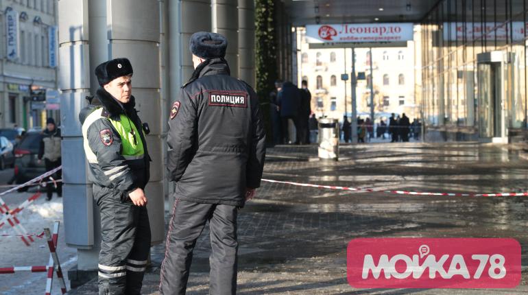 Полиция оцепила ТЦ «Пик» в центре Петербурга