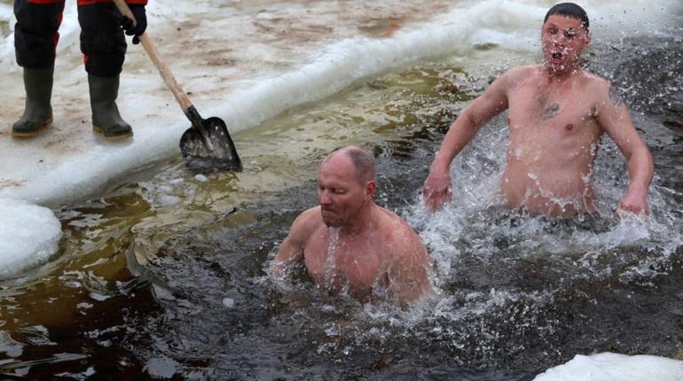 Купания на Крещение у стен Петропавловской крепости. Фото: Baltphoto