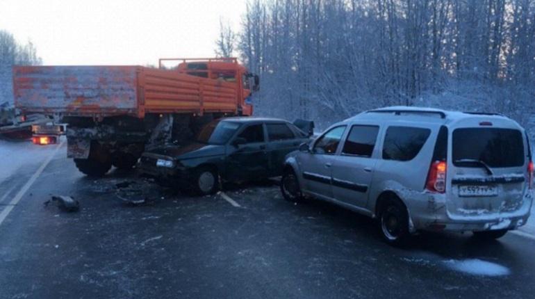 ДТП перекрыло трассу А-114 в Ленобласти