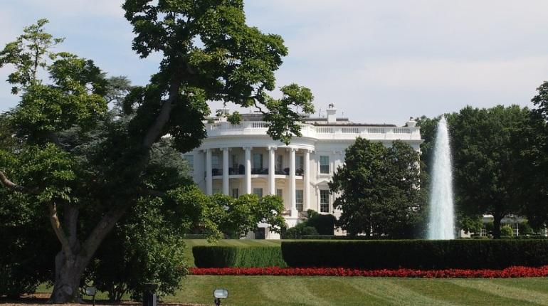 Активисты перекрыли улицу рядом с Белым домом в Вашингтоне