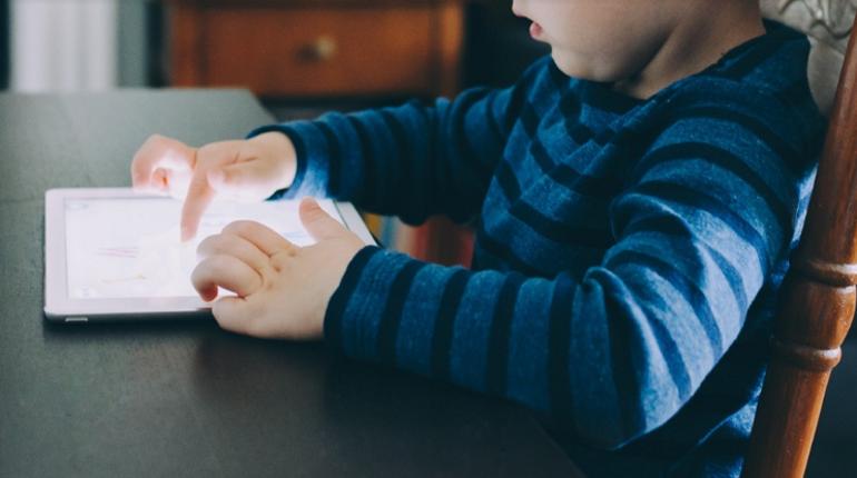 Ученые: гаджеты замедляют развитие детей
