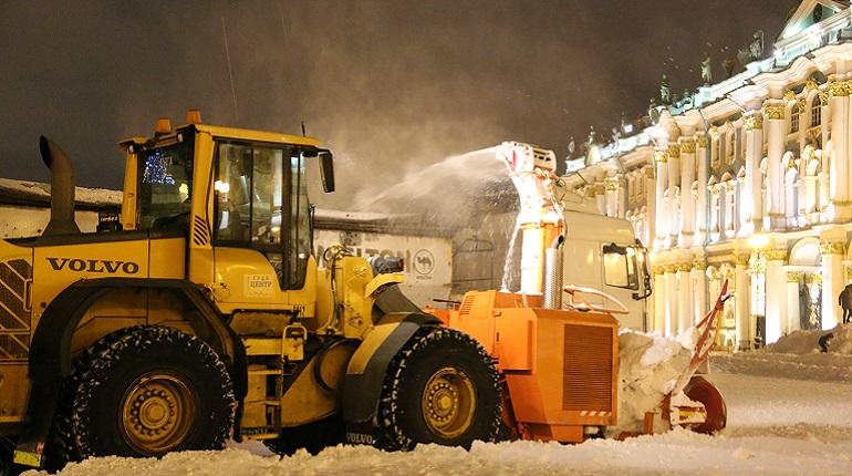 Очистка от снега на Дворцовой площади. Фото: gov.spb.ru