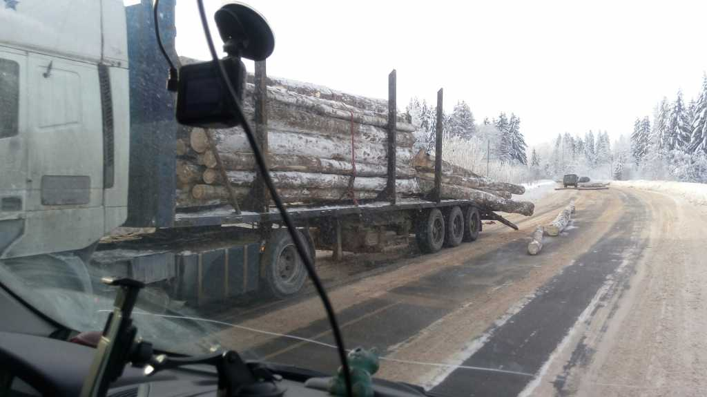 Пункт назначения 2: Лесовоз потерял бревна перед Волгово