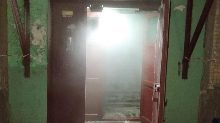 В Красногвардейском районе подъезд заволокло вонючим дымом