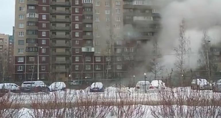 Фонтан кипятка на Шуваловском повредил машины и побил стекла в квартирах