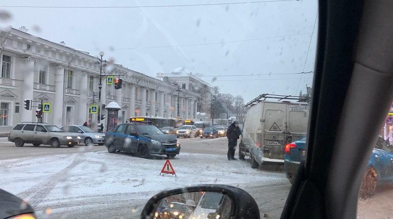 ДТП на Невском. Фото: ДТП и ЧП | Санкт-Петербург | Питер Онлайн | СПб