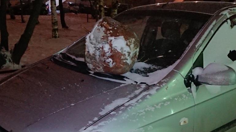 Бетонные урны и кефир: как жители Петербурга наказывают водителей за парковку