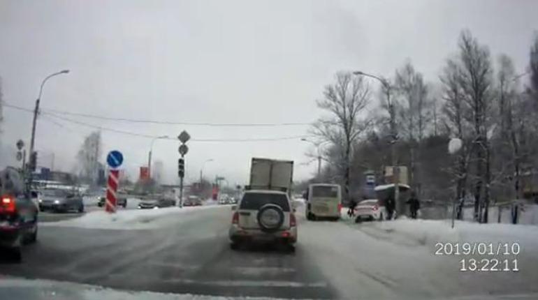 В Парголово такси влетело в толпу людей на остановке
