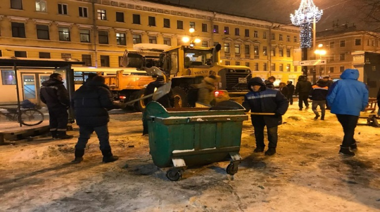 С места ЧП на Невском убрали обломки рекламного щита