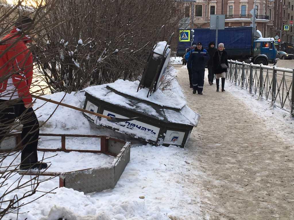 В Петербурге несмотря на мораторий Беглова снесли газетный киоск