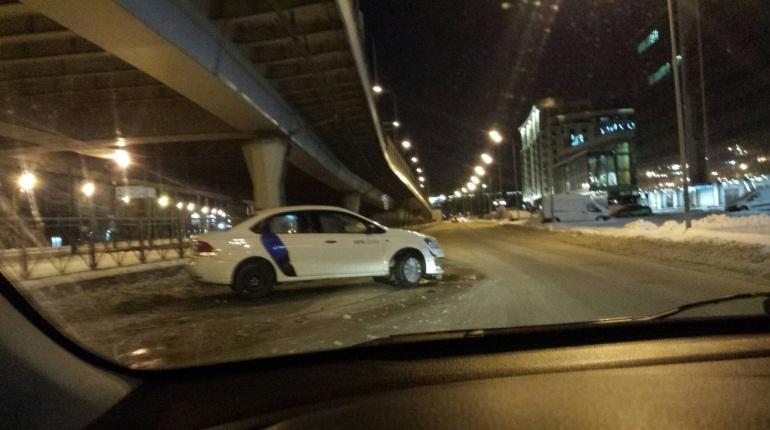 Лихач на машине «Яндекс.Драйв» влетел в ограждение на Приморском проспекте