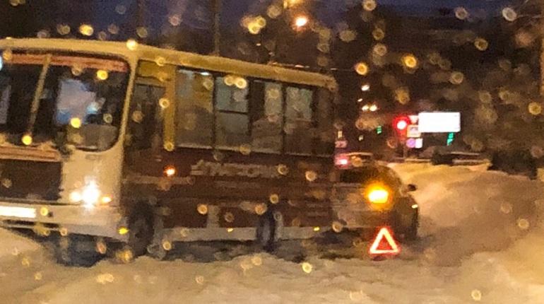 Водители Петербурга начали утро с ДТП и 8-балльных пробок
