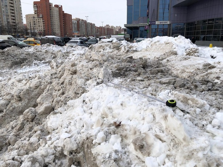Чиновники рассказали, почему снег и наледь в Петербурге плохо убирают