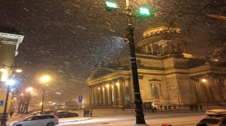 В Петербург пришла настоящая зима: 10-градусный мороз и метель