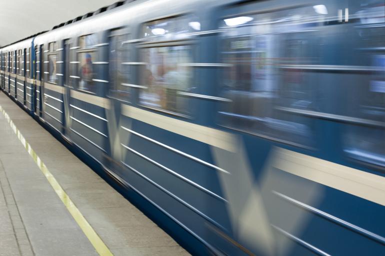Боярский и Запашные поздравят девушек в метро