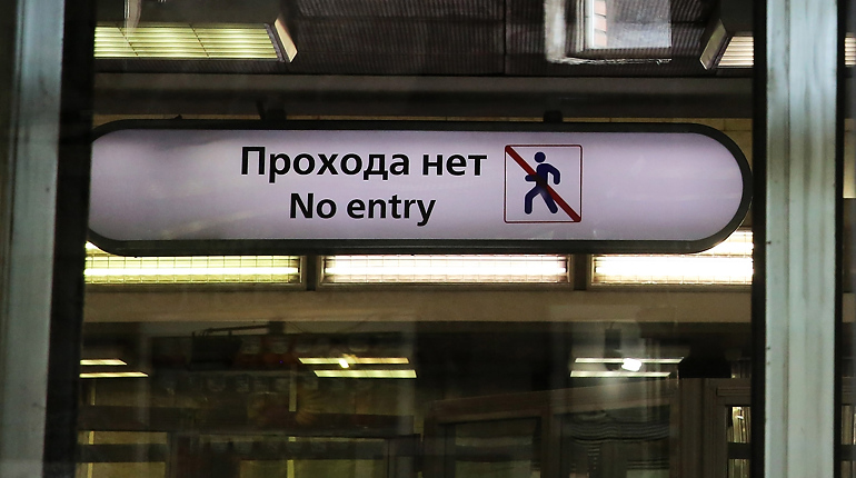 Заблокировавшую «Площадь Мужества» тележку достали из эскалатора