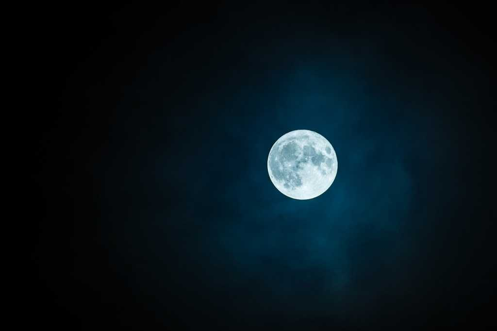 НАСА нашло воду на солнечной стороне Луны
