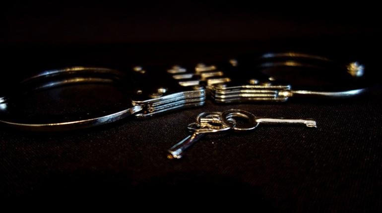 Домушники украли золотое кольцо и часы из квартиры на улице Типанова
