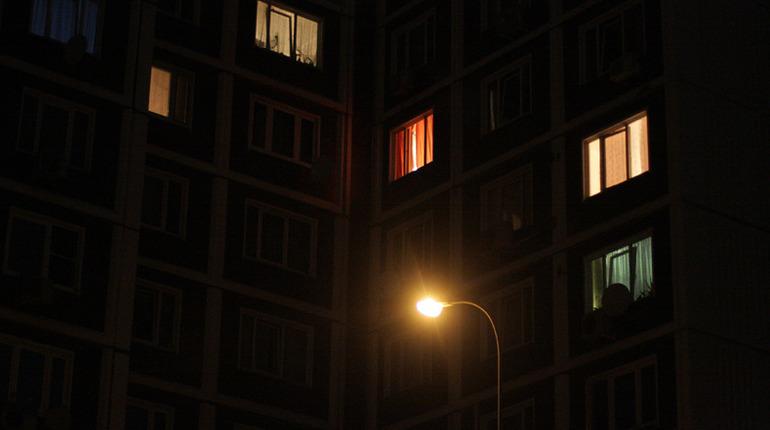 Жители Васильевского острова шестой час задыхаются в своих квартирах. Фото: vk.com/spb_today